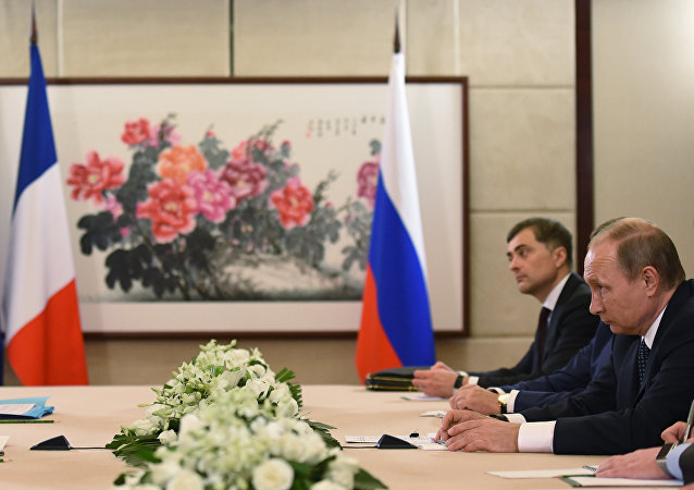 French President Francois Hollande (L) meets with Russian President Vladimir Putin (R) during the G20 Leaders Summit in Hangzhou, in China's eastern Zhejiang province