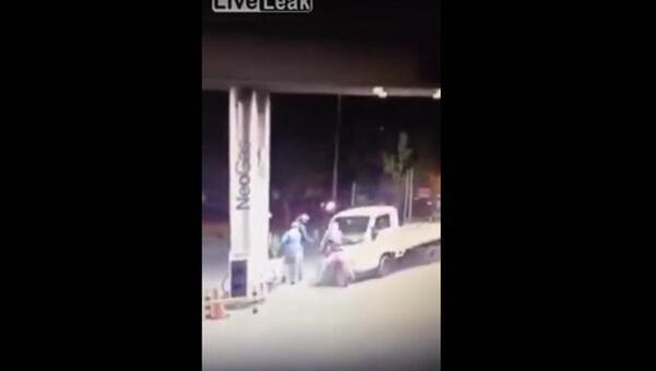 Truck Driver Turns Things Around Against Bandits at Service Station Read more at http://www.liveleak.com/view?i=865_1445921728#ExpmJOwpetuxfYYW.99 - Sputnik Србија