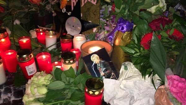 Fans gathered Monday night outside the Berlin apartment where British musician David Bowie lived in the 1970s.  Bowie passed away on Sunday after an 18-month battle with cancer. - Sputnik Srbija