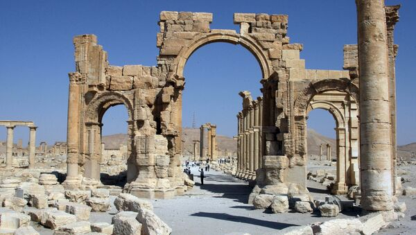 A file picture taken on June 19, 2010 shows the Arch of Triumph among the Roman ruins of Palmyra - Sputnik Srbija