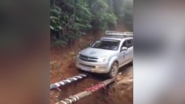 Could this be the best way to cross a ditch? - Sputnik Srbija