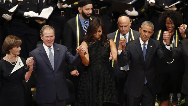 From left, former first lady Laura Bush, former President George W. Bush, first lady Michelle Obama and President Barack Obama join hands during a memorial service at the Morton H. Meyerson Symphony Center with the families of the fallen police officers, Tuesday, July 12, 2016, in Dallas - Sputnik Srbija