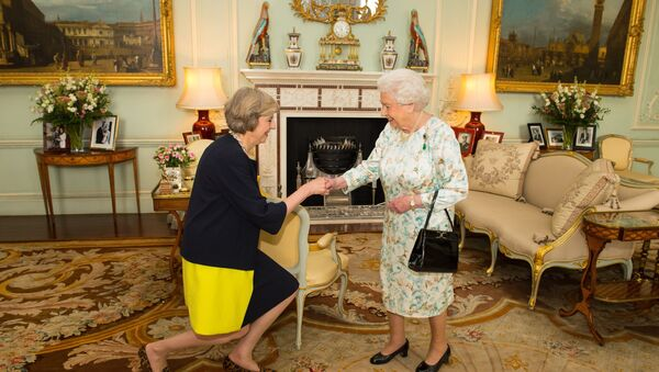 Queen Elizabeth II welcomes Theresa May, left, at the start of an audience in Buckingham Palace, London, where she invited the former Home Secretary to become Prime Minister and form a new government, Wednesday July 13, 2016 - Sputnik Srbija