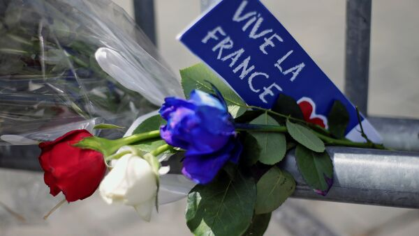 Flowers are seen attached to a fence to remember the victims of the Bastille Day truck attack in Nice in front of the French embassy in Rome. - Sputnik Србија