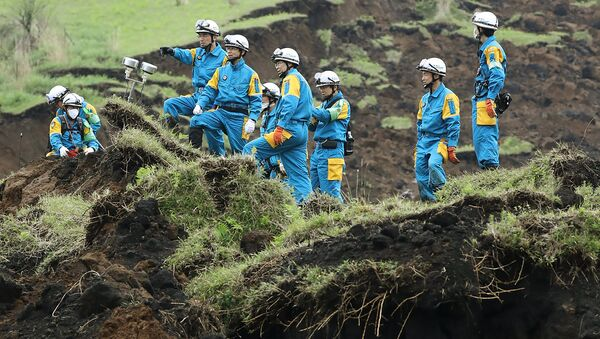 Policemen ckeck a landslide site before searching for missing people in Minami-Aso, Kumamoto prefecture, on April 22, 2016 - Sputnik Србија