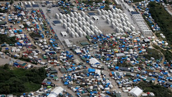 Aerial view of a makeshift camp as containers (rear) are put into place to house migrants living in what is known as the Jungle, a sprawling camp in Calais, France, August 14, 2016. - Sputnik Србија