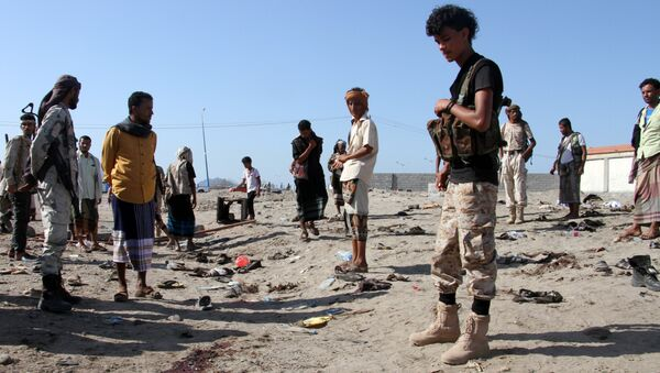 Yemenis gather at al-Sawlaba base in Aden's al-Arish district on December 18, 2016, after a suicide bomber targeted a crowd of soldiers - Sputnik Србија