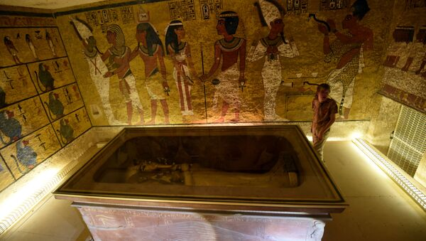 A picture taken on April 1, 2016, shows the golden sarcophagus of King Tutankhamun displayed in his burial chamber in the Valley of the Kings, close to Luxor, 500 kms south of the Egyptian capital Cairo - Sputnik Srbija