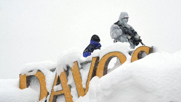 A snipper holds his position on the roof of a hotel during the World Economic Forum (WEF) annual meeting in the Swiss Alps resort of Davos, Switzerland January 22, 2018 - Sputnik Србија