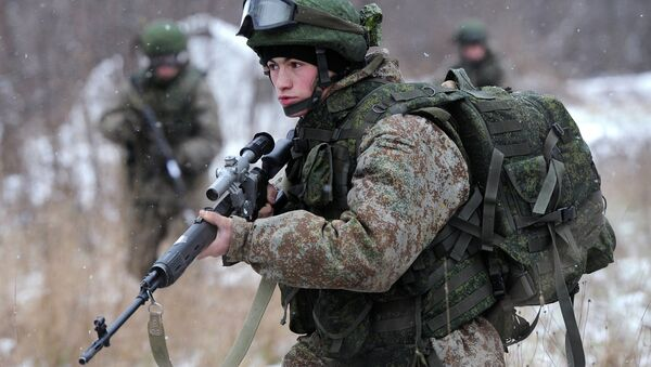 A soldier demonstrates the Ratnik Soldier Combat Equipment Set during a military exercise at Alabino range, Moscow Region - Sputnik Србија
