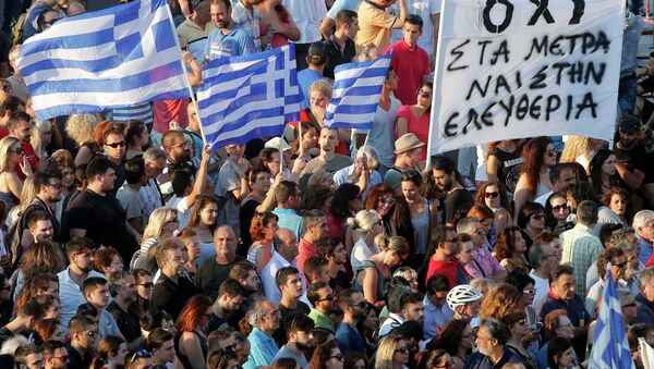 Demonstrators wave greek flags during an anti-austerity rally in front of the parliament building in Athens, Greece, July 3, 2015 - Sputnik Srbija