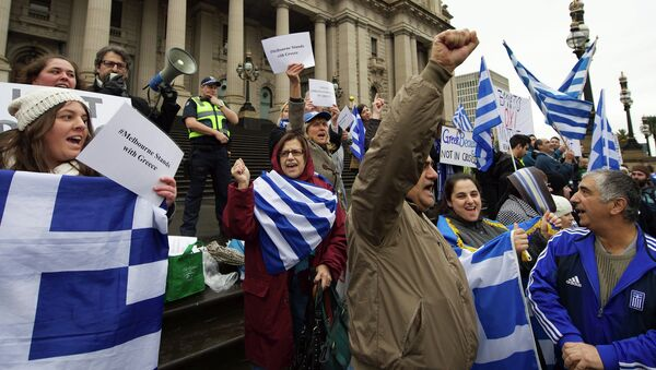 Protestors wave the Greek flag as they shout Oxi (No) during the Melbourne stands with Greece solidarity rally outside Parliament House in Melbourne on July 4, 2015 - Sputnik Srbija