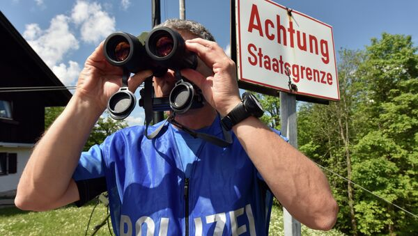 A policeman uses binoculars to secure the area on the Ederkanzel viewing platform near Mittenwald at the German-Austrian border on June 3, 2015 - Sputnik Србија