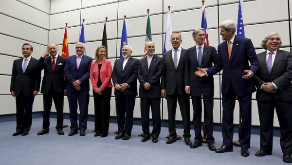 (From L to R) Chinese Foreign Minister Wang Yi, French Foreign Minister Laurent Fabius, German Foreign Minister Frank Walter Steinmeier, European Union High Representative for Foreign Affairs and Security Policy Federica Mogherini, Iranian Foreign Minister Mohammad Javad Zarif, Head of the Iranian Atomic Energy Organization Ali Akbar Salehi, Russian Foreign Minister Sergey Lavrov, British Foreign Secretary Philip Hammon, U.S. Secretary of State John Kerry and U.S. Secretary of Energy Ernest Moniz pose for a group picture at the United Nations building in Vienna, Austria July 14, 2015 - Sputnik Srbija