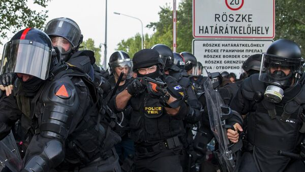 Hungarian riot police fight migrants at the border crossing with Serbia in Roszke, Hungary September 16, 2015 - Sputnik Србија
